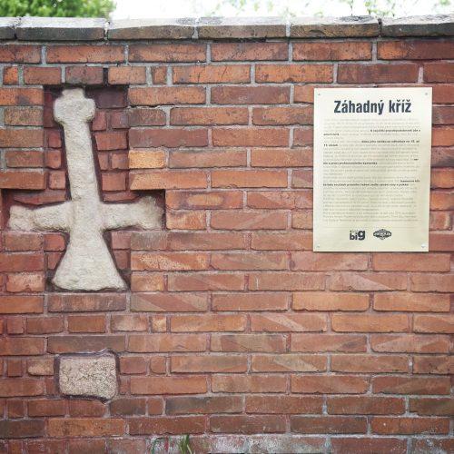 Smírčí kříž v obvodové zdi zámeckého pivovaru v Březnici